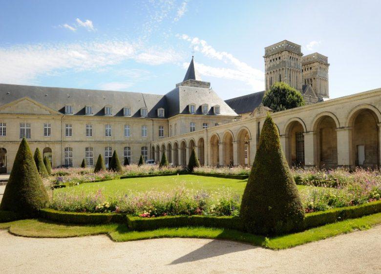 46777-Caen__abbaye_aux_Dames__cour_d_honneur-Region_Normandie