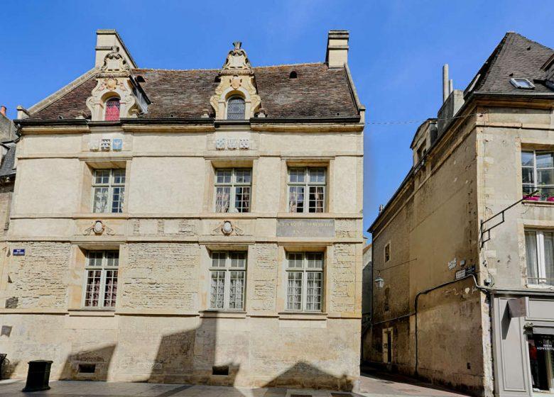 Caen__place_Malherbe__Maison_natale_de_Malherbe-Caen_la_mer_Tourisme___Pauline___Mehdi_-_Photographie-46479-1200px