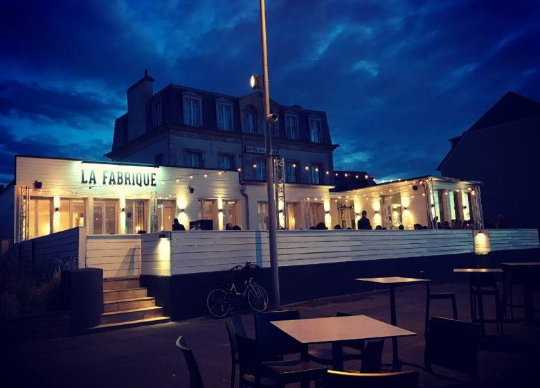 la-fabrique-cote-mer-by-night